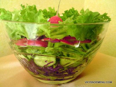 Салат из редиса, красной капусты, огурцов и листовой зелени