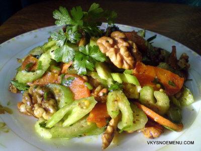 Витаминный салат из сельдерея, моркови и грецких орехов.