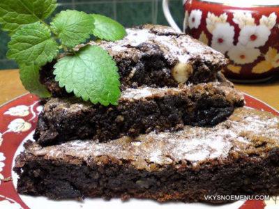 Ароматный шоколадный торт без муки с орехами и черносливом