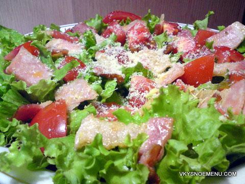 салат с помидорами и беконом