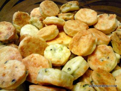Домашнее сырное печенье с зеленью базилика
