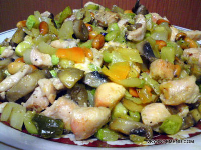 Блюдо азиатской кухни: курочка с овощами и орехами