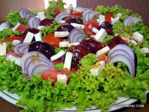 салат с маринованными сливами