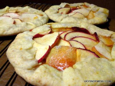 Сладкая пицца с яблоками на творожном тесте