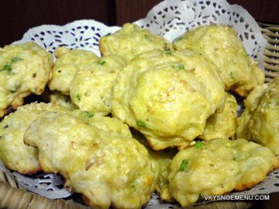 Рецепт закусочных луковых булочек с розмарином и сыром