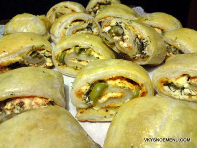 Рецепт закусочных рулетов из слоеного теста с брынзой и оливками