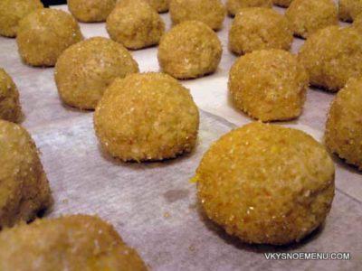 Заготовки имбирного печенья обваливаем в тростниковом сахаре