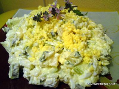Вкусный салат с солеными огурцами и кисло-сладким яблоком